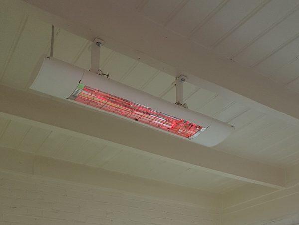 Solamagic S2 2500 ARC 9010 on Terrasverwarmer aan houten balkenplafond