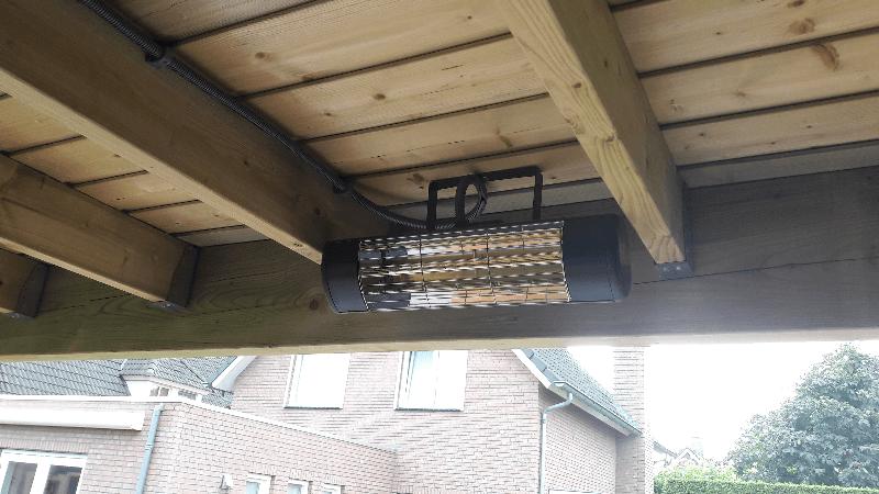 Terrasverwarming gemonteerd tussen houten balken plafond - Houten balkenplafond ...