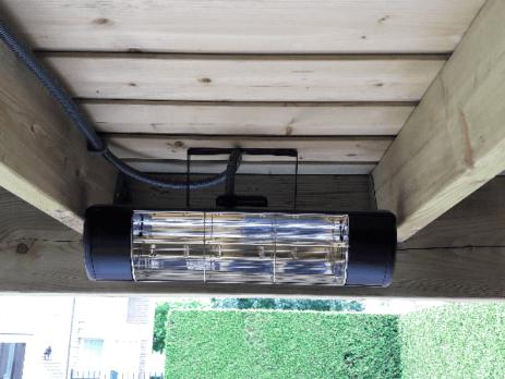 Terrasverwarmer tussen houten balkenplafond
